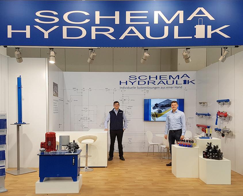 Zwei Mitarbeiter der Schema Hydraulik am Messestand Agritechnica